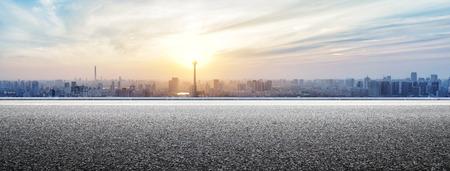 route: Skyline et des b�timents avec la route panoramique vide Banque d'images
