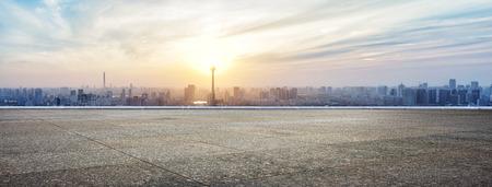 route: Skyline et les bâtiments en béton avec vide étage carré panoramique