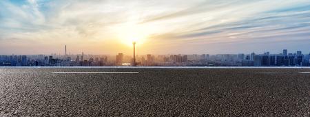 route: Skyline et des bâtiments avec la route panoramique vide Banque d'images