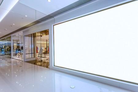 compras: Cartelera en blanco vacío en el interior de compras centro comercial