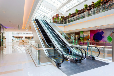 Escalator in modern shopping mall 新聞圖片