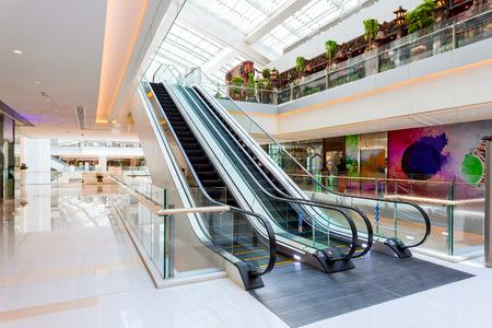 centro comercial: Escalera mecánica en el moderno centro comercial Editorial
