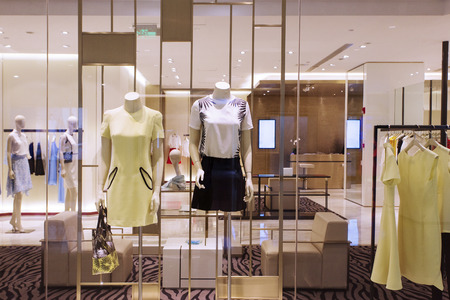 Mannequins en kleding in modewinkel