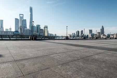 빈 거리 바닥 상하이의 아름다운 스카이 라인