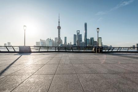 hormig�n: horizonte panor�mica de Shangai con piso calle vac�a