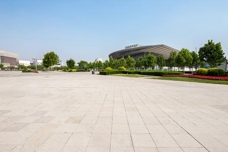 concrete: plaza pública con suelo de carretera vacía en el centro Foto de archivo