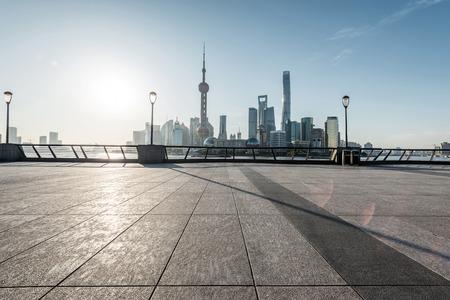 panoramisch skyline van Shanghai met lege straat vloer Stockfoto