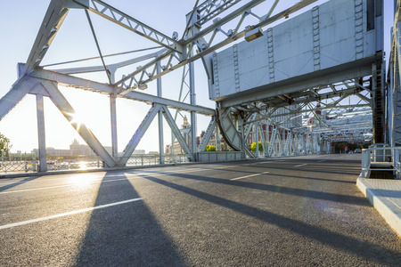 현대 다리와 빈 도로 바닥 스톡 콘텐츠