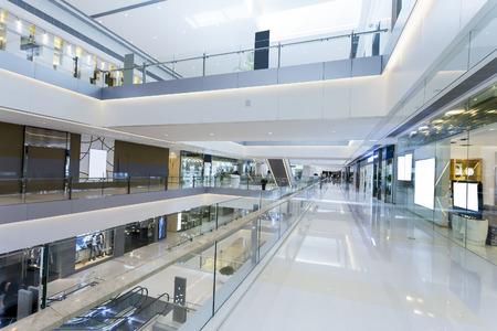 현대적인 쇼핑몰 내부
