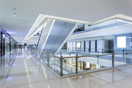 locales comerciales: interior moderno centro comercial Editorial
