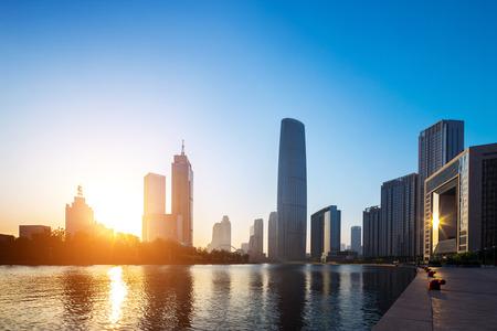 moderne gebouwen in stedelijke stad op oever