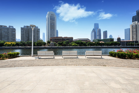 Moderne skyline en lege weg vloer