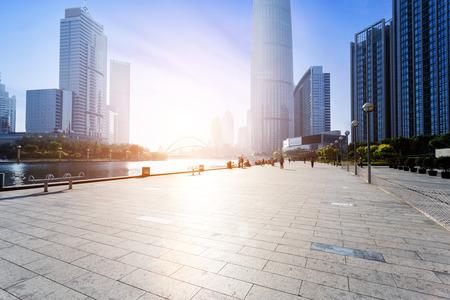 route: Skyline moderne et vide-de-chaussée de la route