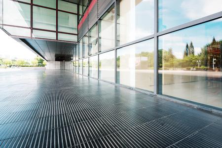 modern gebouw glazen wand en lege weg Redactioneel
