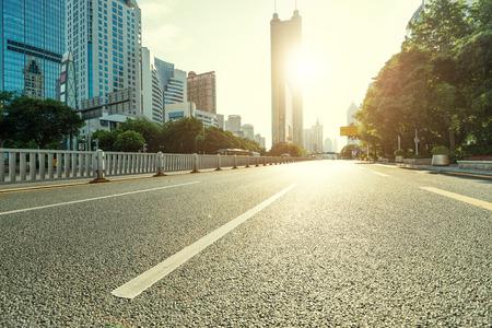 stedelijke weg in de moderne stad Stockfoto