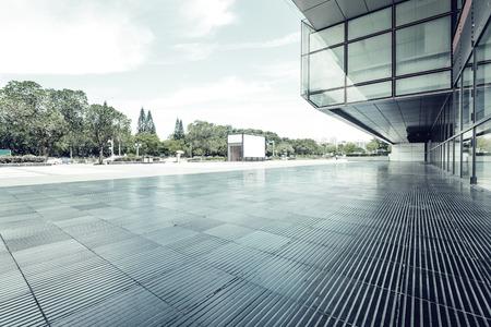 현대적인 건물 유리 벽과 빈 경로