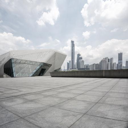 風景: 空、モダンなスクエアと近代的な都市の高層ビル