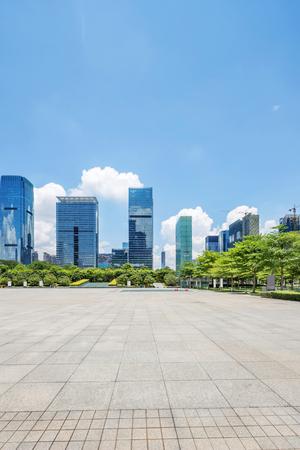 周りの木々 を持つ深セン市の広場にある高層ビル