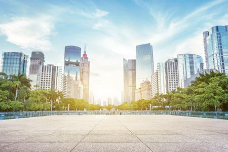 빈, 현대 광장과 햇빛 아래 고층 빌딩