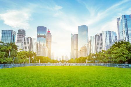 moderne wolkenkrabbers als achtergrond van een openbaar groen