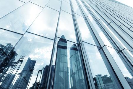 ガラスの壁と反対側にランドマークの反射と超高層ビル