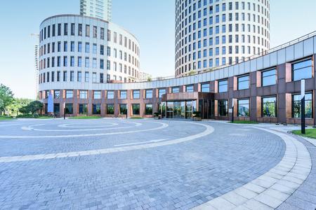locales comerciales: delante de tierra vacía de edificios modernos