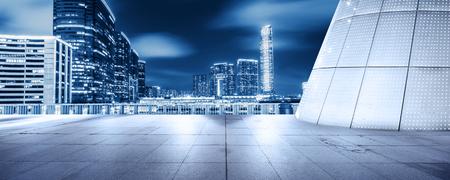 lege vloer voorzijde van de moderne bouw bij nacht Stockfoto