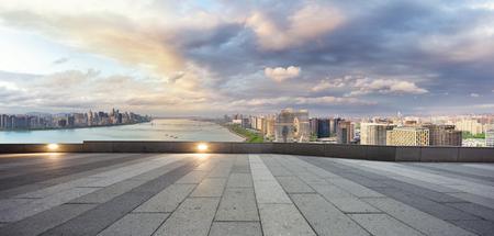 Stadtbild und die Skyline von hangzhou Flussufer neue Stadt in Wolkenhimmel auf Sicht von leeren Straße