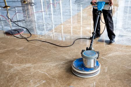 mensen poetsmiddelen vloer binnenshuis