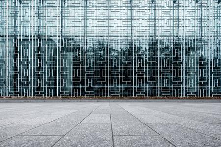 Moderno edificio con pared de cristal