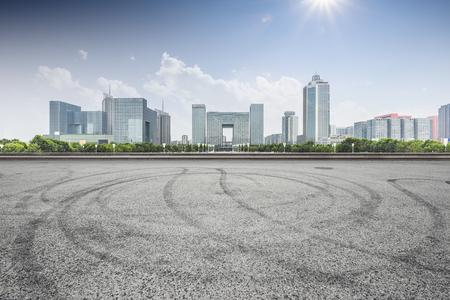 Stadtbild und Skyline von Nanjing von der leeren Straße mit Sonne