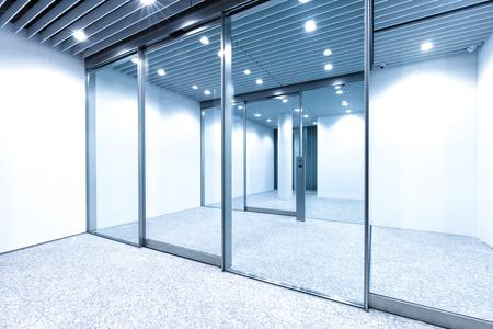 Pared de vidrio en el edificio de oficinas moderno