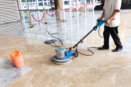 사람들은 실내 바닥을 윤이