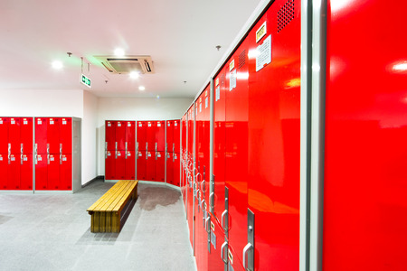 armario de color rojo en el vestidor del gimnasio