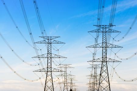 torres de alta tension: torres de energía en el campo