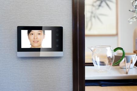 campanello video citofono sulla parete esterna moderna sala da pranzo Editoriali