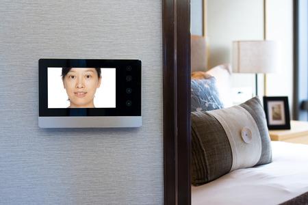 현대 침실 외부 벽에 인터콤 비디오 도어 벨 에디토리얼