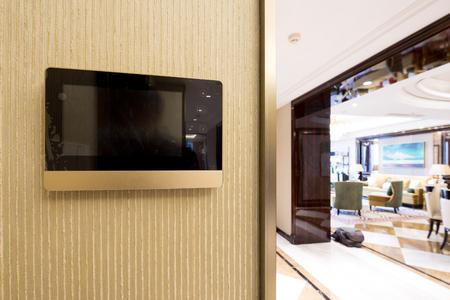 citofono videocitofono sul muro fuori dal soggiorno moderno Editoriali