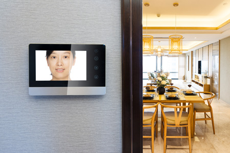citofono videocitofono sul muro fuori dalla moderna sala da pranzo Editoriali