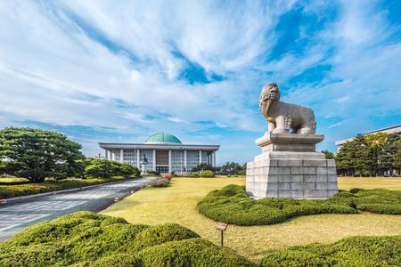 prachtige tuin met stenen statu voor nationale vergadering van Zuid-Korea in bewolkte hemel
