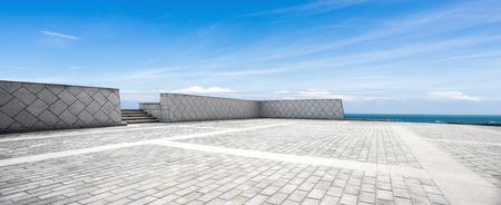 Plancher de briques vide et paysage de mer bleue