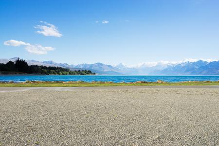 Landschaft des blauen Meeres vom leeren Boden Standard-Bild