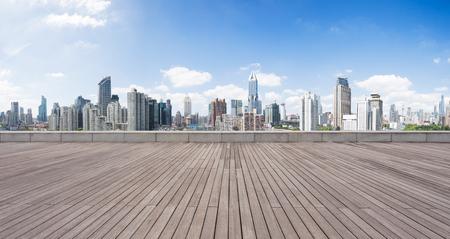 空の木の床からのミッドタウンのランドマーク的建築物上海します。 写真素材