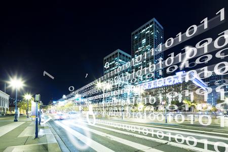 nachtscène van intelligentieverkeer op weg in moderne stad