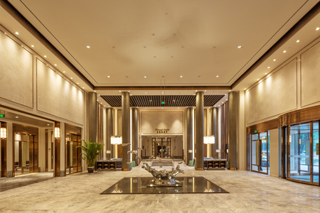 interieur van de moderne lobby van het hotel