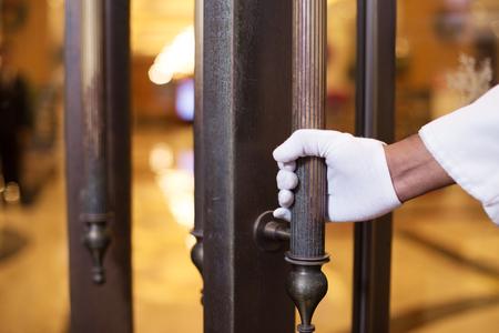 고급 호텔 로비에서 젊은 인도 포터 서비스