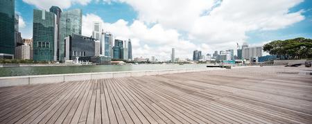 empty wooden floor with modern buildings in singapore Standard-Bild
