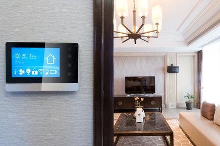 pantalla inteligente en la pared con sala de estar de lujo Editorial