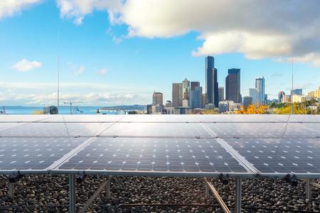 Sonnenkollektor mit Stadtbild von Los Angeles im Wolkenhimmel