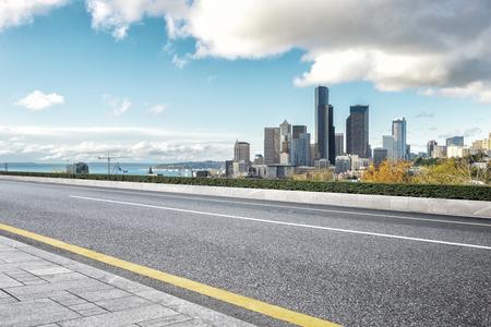 로스 앤젤레스의 도시와 빈 아스팔트 도로 스톡 콘텐츠